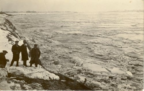1929 Po ghiacciato dalla Riva - Il Po ghiacciato. Quando il freddo in Val Padana toccò sin quasi a -30°C. Era il 1929