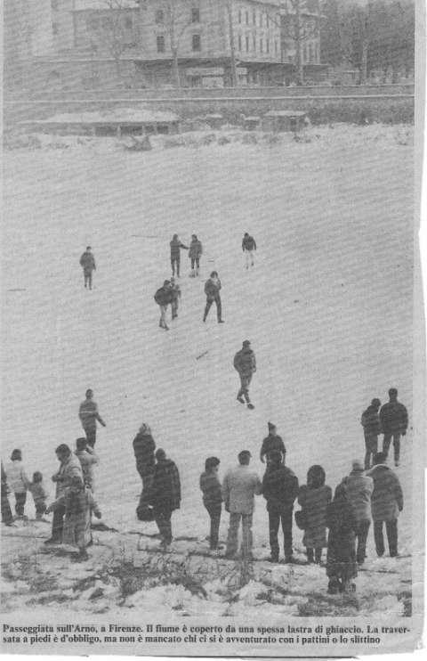 L'Arno gelato nel gennaio 1985. L'immagine è notevole, e mostra una passeggiata sul fiume ghiacciato in città.