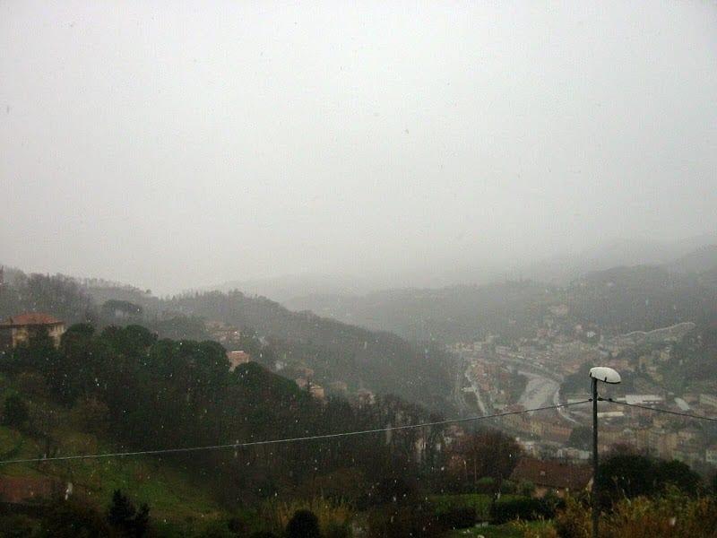 Fiocchi di neve a Pontedecimo, nella parte piu' a nord del comune di Genova in Val Polcevera.