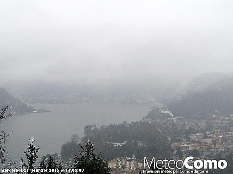 Fiocchi di neve sui rilievi della città di Como.