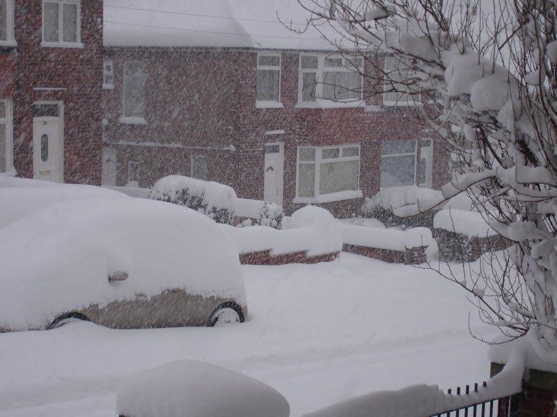 Solo qualche anno fa, già a Dicembre in Inghilterra si ebbero le prime tormente di neve a primi di Dicembre.  Nella foto Sheffield, dicembre 2010.