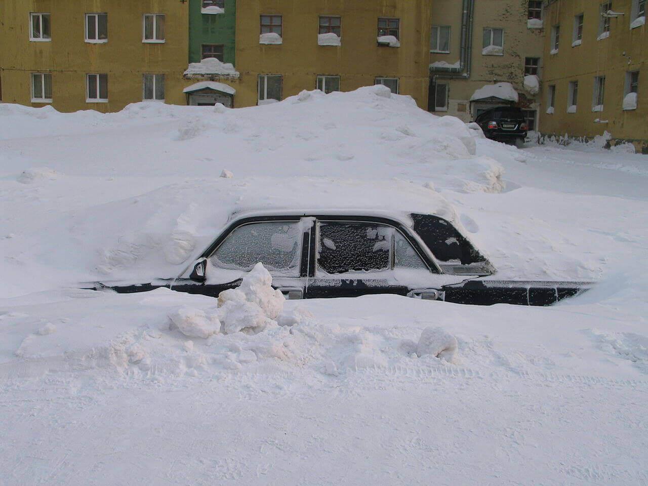 1280px A car under snow in Norilsk - Puglia, Marzo 1987. La siberia in casa
