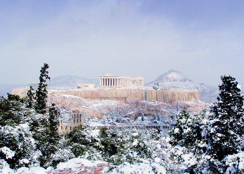 Emblematica, e non rara immagine di Atene innevata.