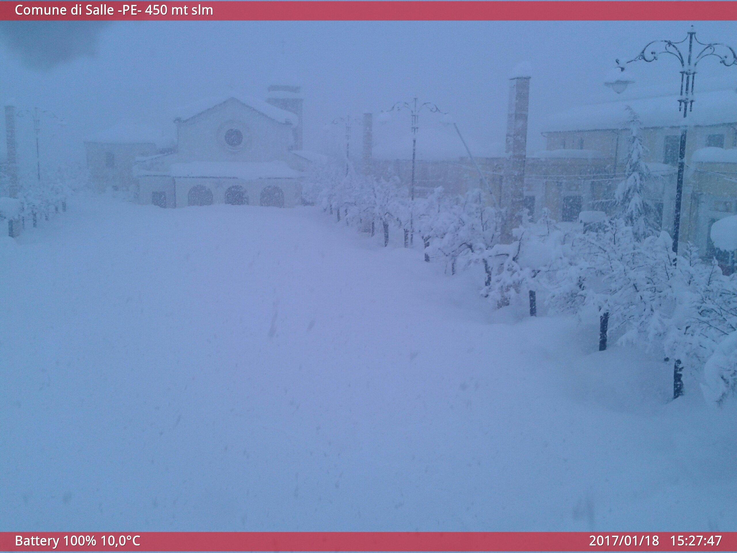 01 5 - Abruzzo, nevicata storica. Oltre due metri di neve a 400 metri